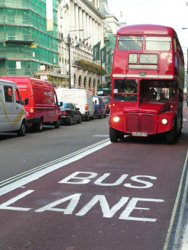 Foto de uma via para bus em Londres.