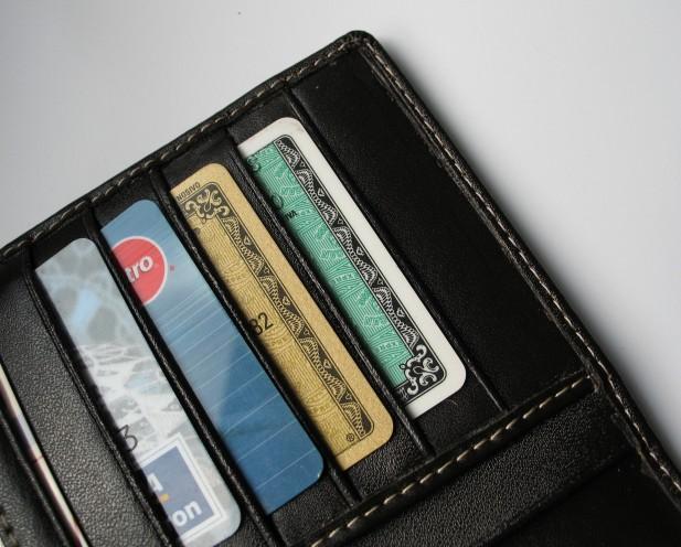 Foto de carteira com cartões de crédito.