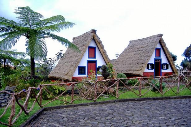 Foto das casas típicas com forma triangular de Santana.