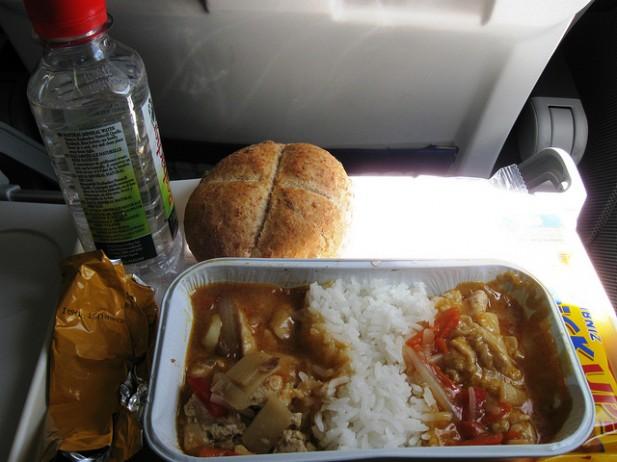 Foto de comida servida em avião.