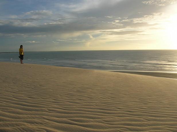 Foto de areia e mar em Jericoacoara, Brasil.