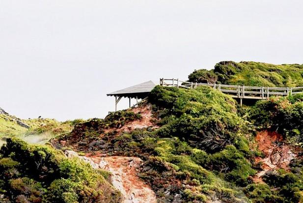 Foto das Furnas do Enxofre que se situam no concelho de Praia da Vitória