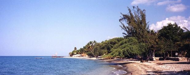 Foto de mar e areia de praia no Haiti.