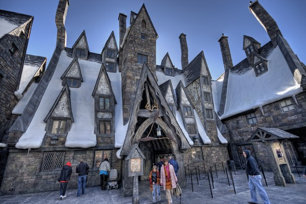 Foto do Harry Potter Theme Park com pessoas.