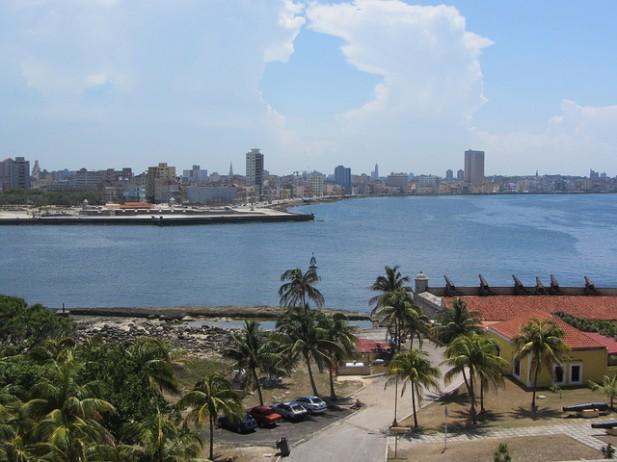Foto da cidade e mar de Havana, Cuba.