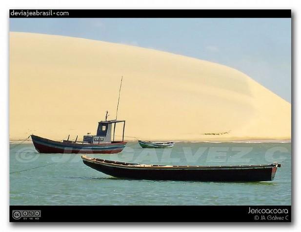Foto de barcos, mar e dunas em Jericoacoara, Brasil.