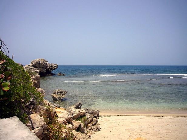 Foto de rochas, areia e mar no Haiti.