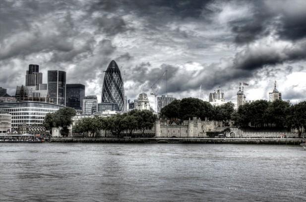 Foto de vários edifícios importantes de Londres a partir do rio Tamisa.