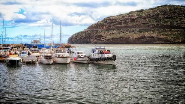 Foto de barcos no mar, em Machico, Madeira.