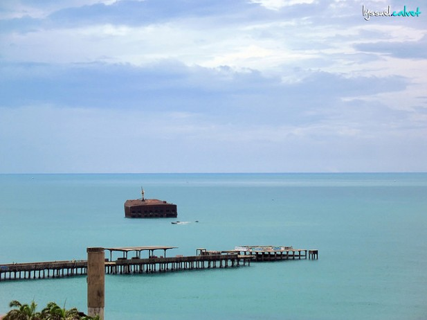 Foto de mar de Fortaleza com pontão que entra pelo mar.
