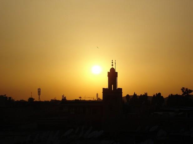 Foto panorâmica noturna de Marraquexe, Marrocos.