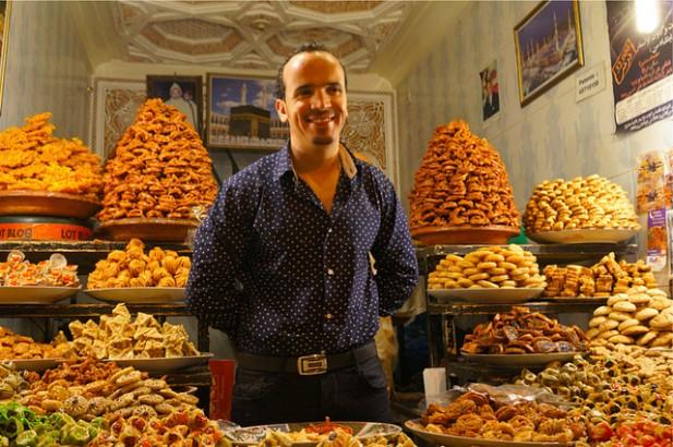 Foto de vendedor em Marraquexe, Marrocos.
