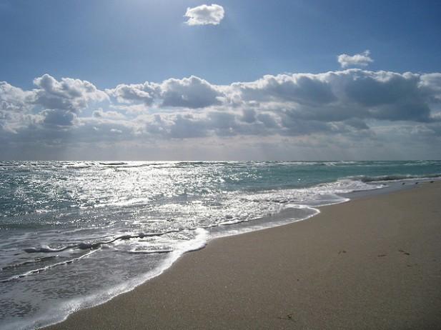Foto de areia a ser banhada pelo mar e pelo sol em Miami.