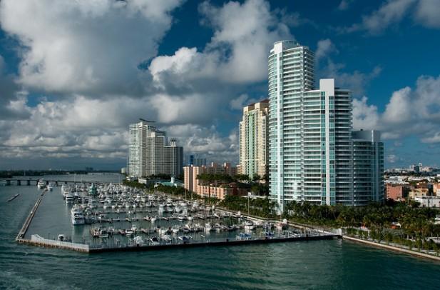 Foto da marina e arranha céus de Miami.
