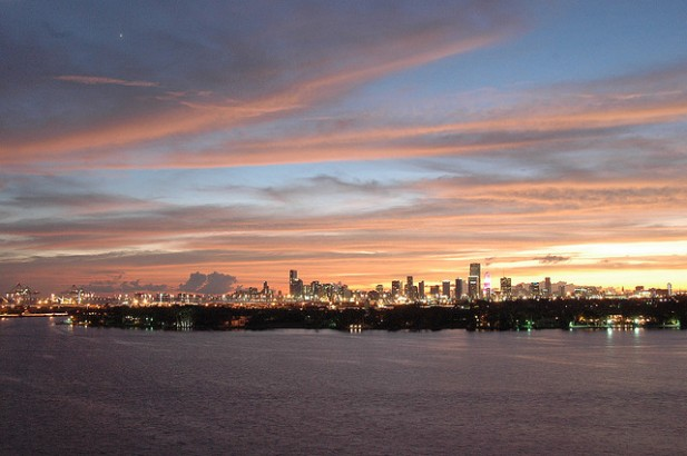 Foto da costa de Miami à noite.