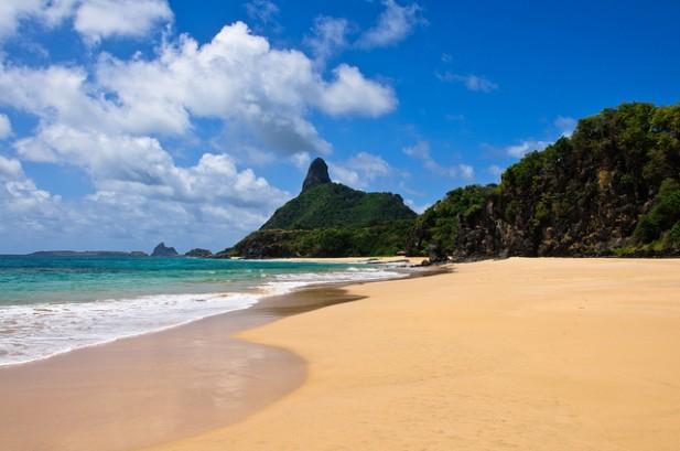 Foto do Morro do Pico e areia e mar em Fernando de Noronha, Pernambuco, Brasil.