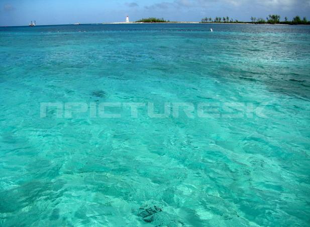 Foto de água cristalina e azul em Nassau, Bahamas.
