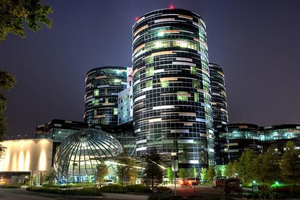 Foto de edifício iluminado no centro de Orlando.