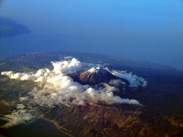 Foto do cume da Ilha do Pico visto de avião.