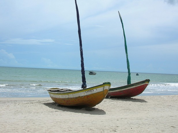 Foto de praia, mar e barcos em Jericoacoara, Brasil.