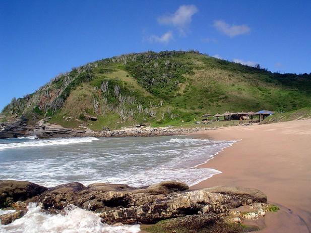 Foto de mar, areia e montanha em Búzios, Brasil