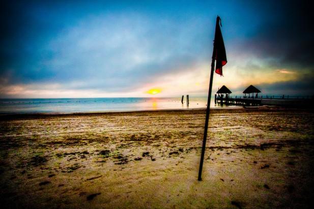 Foto de areia, mar e horizonte em Cancún, México.