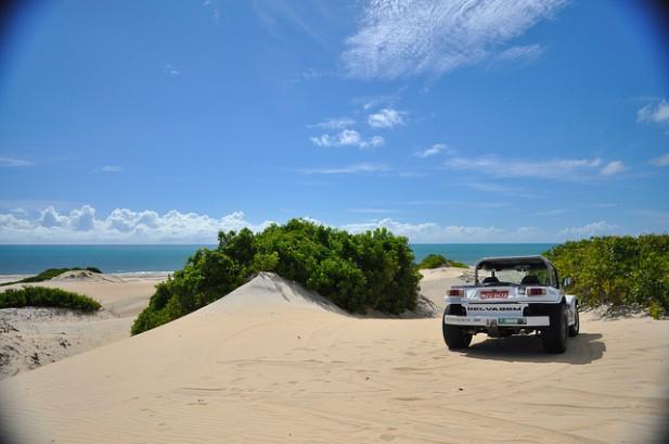 Foto de Buggy nas dunas de praia em Natal no Brasil.