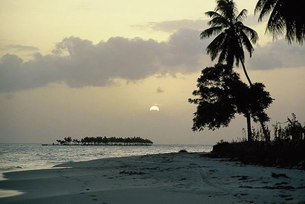 Foto de areia e mar ao entardecer no Haiti.