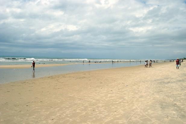 Foto de areal com mar e banhistas na praia do Futuro, em Fortaleza, Brasil.