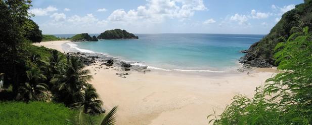 Foto de praia e mar em Fernando de Noronha, Brasil.