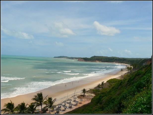 Foto da Praia do Madeiro no Brasil.