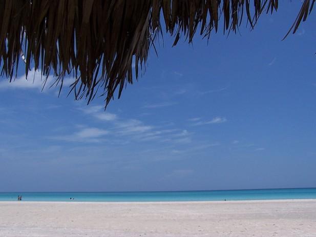 Foto de areia e mar na praia de Varadero em Havana.