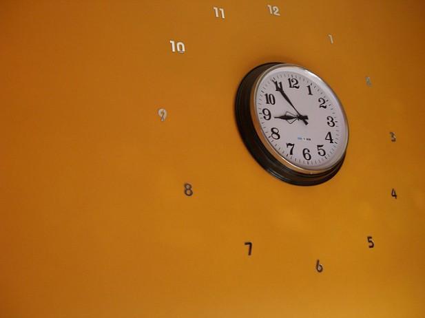 Foto de relógio de parede.