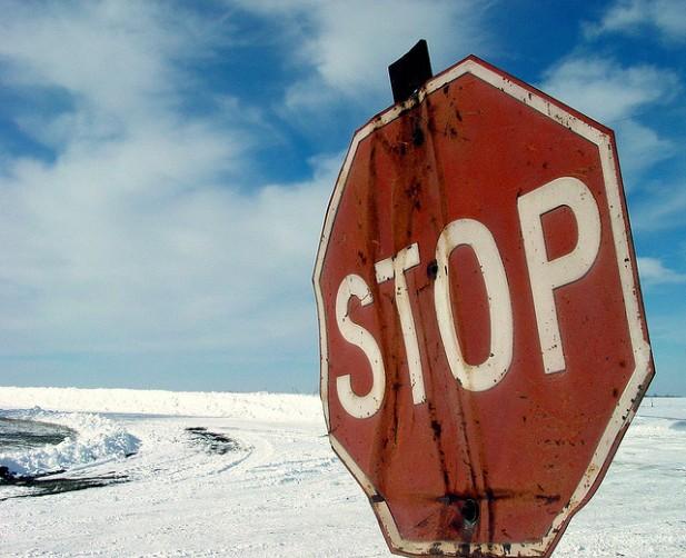 Foto de sinal stop.