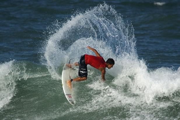 Foto de surfista na onda, na praia do Futuro em Fortaleza, Brasil.