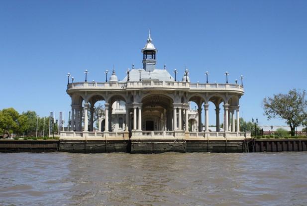 Foto de edifício antigo com água à sua frente.