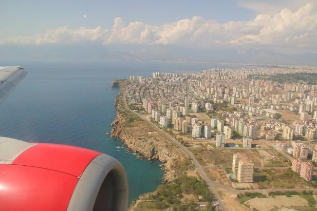 Foto aérea de cidade e asa de avião.