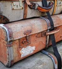Foto de malas antigas empilhada.