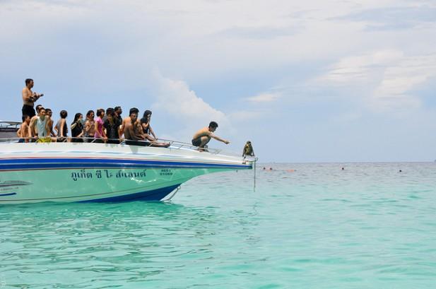 Foto de pessoas em barco.