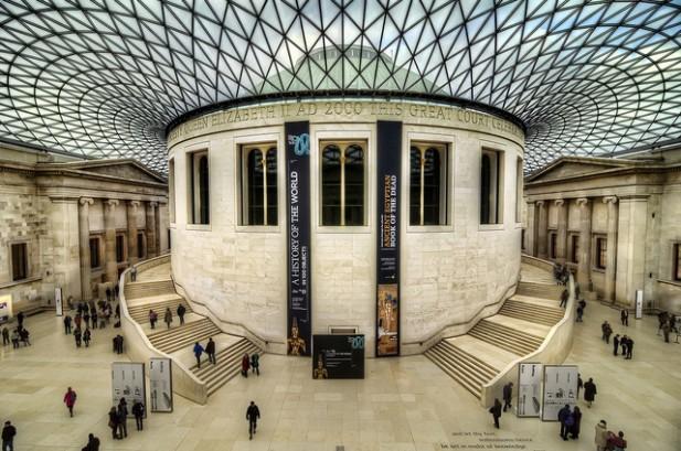 Foto do interior de museu.
