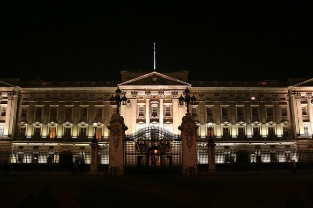 Foto de fachada de palácio à noite.