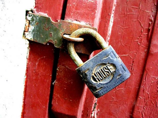 Foto de cadeado em porta.