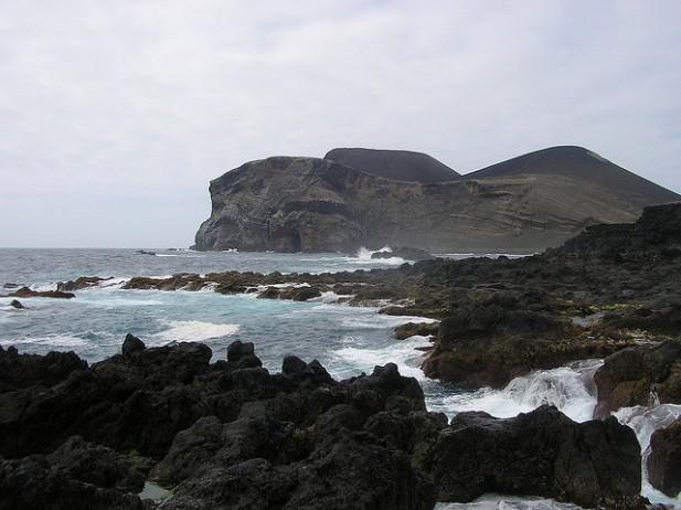 Foto de rochas e mar a bater.