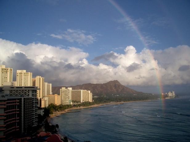 Foto de cidade, arco-íris e mar.