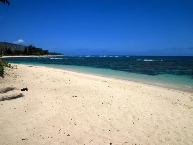 Foto de praia com água azul.