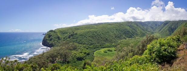 Foto de montanha verde e mar.