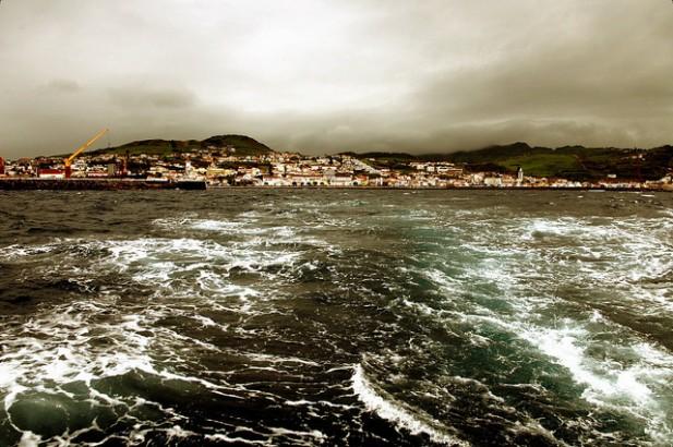 Foto de cidade a partir de barco.