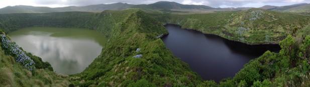 Foto de lagoas e montanhas.