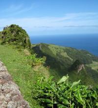 Foto de montanhas e Oceano Atlântico.