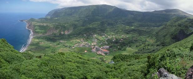 Foto de montanhas, vila e oceano.